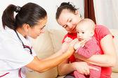 Kinderarts controleren van een baby — Stockfoto