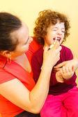 Nosa, usuwanie sprayu stosowane przez matkę — Zdjęcie stockowe