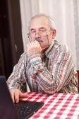 Старик с использованием технологии — Стоковое фото