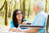 Lachen mit ältere dame — Stockfoto
