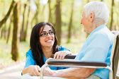 Skratta med äldre dam — Stockfoto