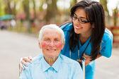 Omsorg ser över patienten — Stockfoto