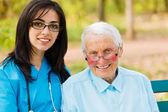 Portret van verpleegkundige en ouderen patiënt — Stockfoto