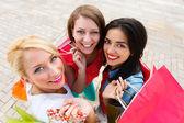 兴奋的妇女对一起购物 — 图库照片