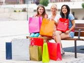 发生这种情况是当妇女一起去购物 — 图库照片
