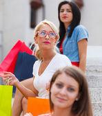 在城市中的三个女人 — 图库照片