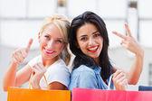 Mulheres felizes com sacos de compras — Foto Stock
