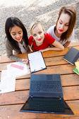 Hausaufgaben mit laptop — Stockfoto