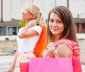 Dziewczyny się na zakupy — Zdjęcie stockowe