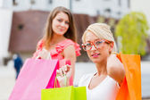 Ragazze lo shopping — Foto Stock