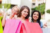 Kobiety z torby na zakupy — Zdjęcie stockowe
