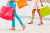 Kobieta nogi i torby na zakupy — Zdjęcie stockowe