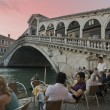 Tourists on Rialto Bridge and by the Grand Canal in Venice, Italy — Stock Photo #13949364