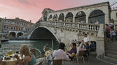Tourists on Rialto Bridge and by the Grand Canal in Venice, Italy — Stock Photo