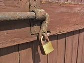 Old door latch with padlock of an ancient mansion-house — Stock Photo