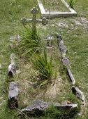 Tombe dans un vieux cimetière — Photo