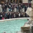 Trevi Fountain and multi-ethnic tourists — Stock Video #14276519