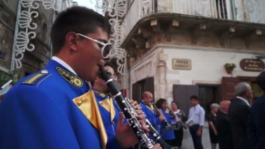 The marching band escorts the Procession of Our Lady of the Assumption — Stock Video