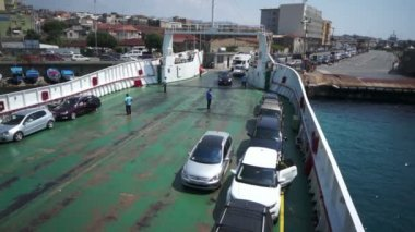 Ferry embarking passengers and vehicles — Stock Video