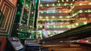 Musician in the lobby of Costa Concordia cruise ship — Stock Video