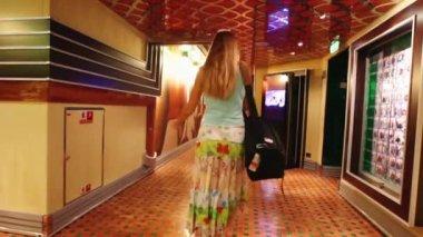 Mulher loira passageiros andando ao longo corredor de navio de cruzeiro do costa concordia — Vídeo Stock