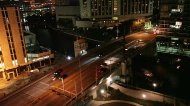 Nocturnal traffic on the Brickell Avenue drawbridge, Miami — Stock Video