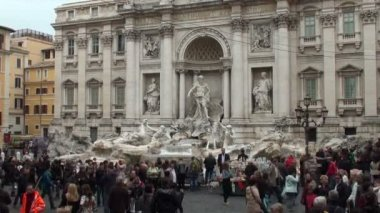 Tourists by the famous Trevi Fountain in Rome, Italy — Stockvideo