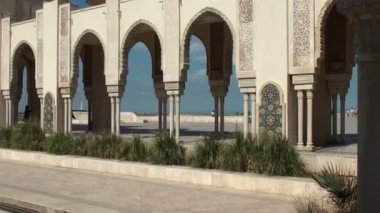 Tourists on the external gardens of Hassan II Mosque — Vídeo Stock