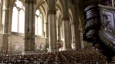 Tourists and believers in Reims Notre-Dame Cathedral, France — Stock Video