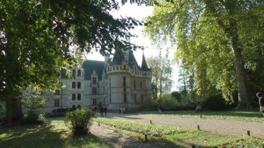 Visitors at Azay-le-Rideau castle, France — Stock Video