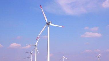 Rüzgar jeneratörleri ile alan — Stok video