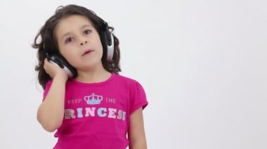Little girl listening to music with headphones — Stock Video