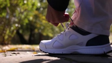 A man jogging, running in park. Outfit prepare. — Stock Video