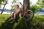 девушка сидит с велосипеда — Стоковое фото
