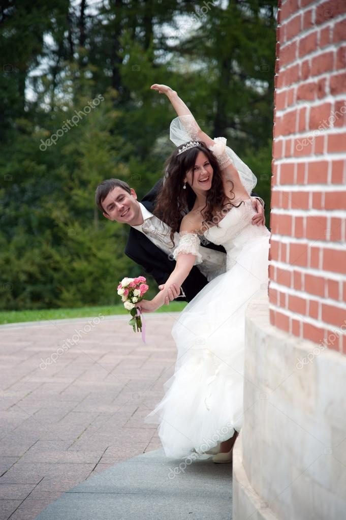 Funny bride and groom — Stock Photo #13963356