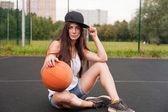 Basketbol elinde tutan seksi kadın — Stok fotoğraf