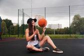 Leuk meisje gooien basketbal — Stockfoto