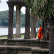 Monk posing in Angkor Wat temple — Stock Photo