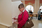 Woman fills election ballot with candidates for mayor — Stock Photo
