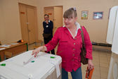 Woman put election ballot with candidates for the Mayor — Stock Photo