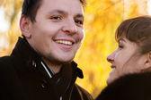 Paar auf gelbe Blätter — Stockfoto