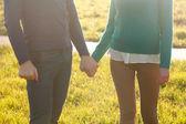 Paar hand in hand — Stockfoto
