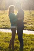 пара ищет в парке — Стоковое фото