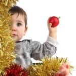 bebé de ocho meses dentro de una caja con una bola de Navidad — Foto de Stock