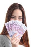 Holding ve beş yüz euro banknot çok gösteren kadın — Stok fotoğraf