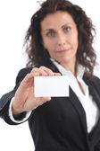 Empresaria madura hermosa mostrando una tarjeta en blanco — Foto de Stock