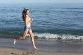 Krásná neformální žena na pláži — Stock fotografie