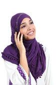 Schöne muslimische Frau trägt einen Hijab reden auf dem Mobiltelefon — Stockfoto