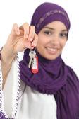Gros plan d'une belle femme arabe tenant un domicile clés — Photo