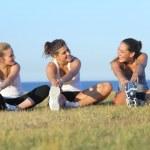 Grup üç kadın spor sonrası germe — Stok fotoğraf